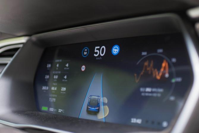 화면에 차선과 주변 자동차에 대한 정보들이 실시간으로 뜹니다. - 최호섭 제공
